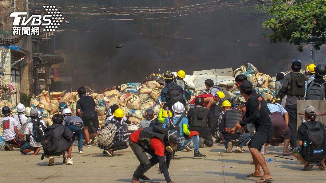 (圖/達志影像美聯社) 緬甸安全部隊暴力鎮壓 示威者彈弓、汽油彈回擊