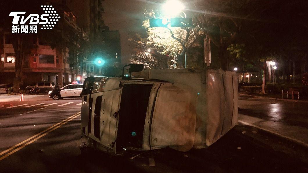 (圖/中央社) 台中小貨車翻覆女子噴飛亡 肇事小客車駕駛逃逸