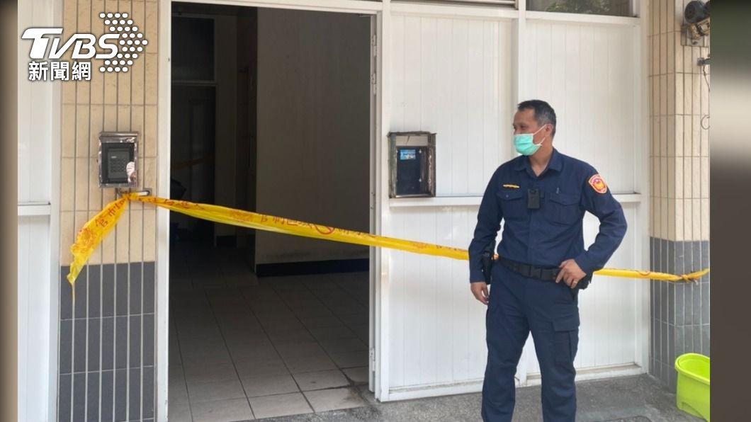 林園爆發情侶凶殺案,警方已封鎖現場。(圖/TVBS) 快訊/高雄林園爆凶殺案!男持刀砍女友