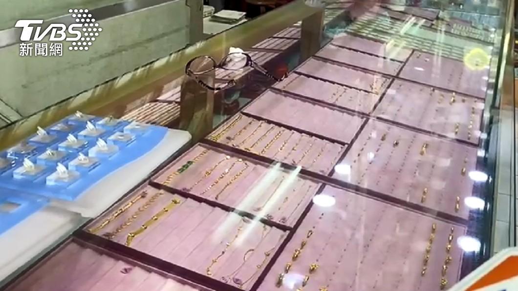 3嫌劫走銀樓市價近3千萬元的金飾。(圖/TVBS) 3匪埋伏預謀搶劫銀樓3千萬 老闆遭電鍋線捆綁驚魂報案