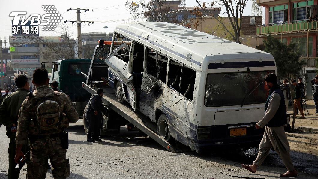 一輛載有政府雇員的巴士在喀布爾遭路旁的炸彈引爆擊中。(圖/達志影像美聯社) 拜登稱如期撤軍太趕 阿富汗接連發生爆炸與墜機
