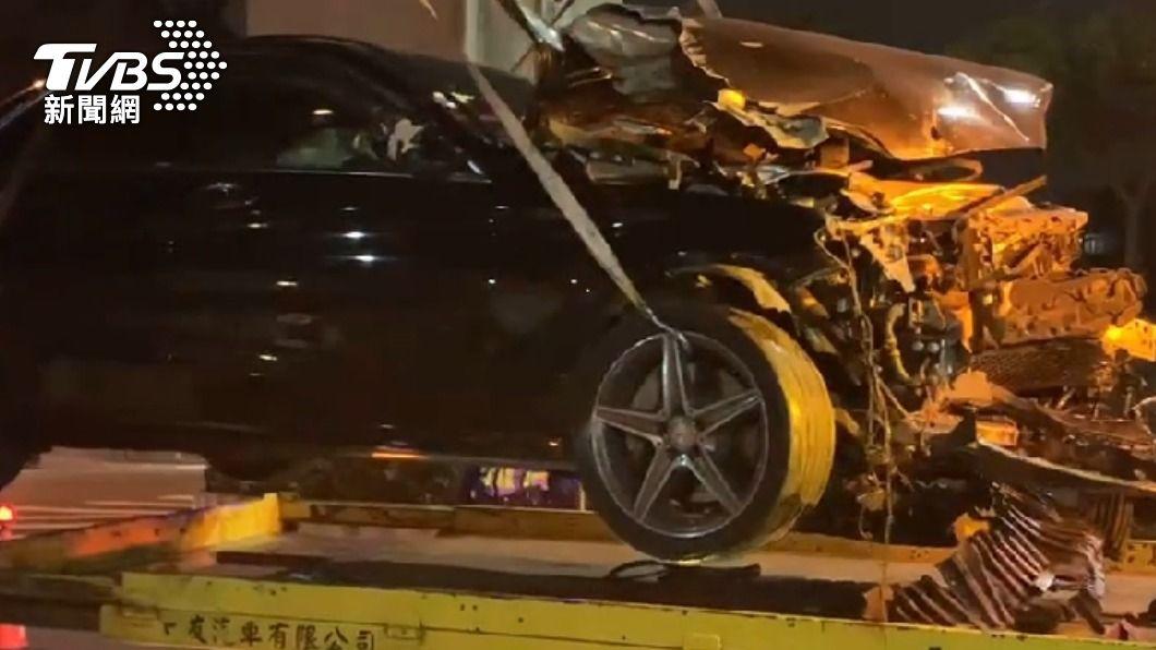 賓士與重機發生碰撞後車頭全毀。(圖/TVBS) 19歲男無照開賓士兜風 碰撞重機直衝民宅騎士身亡
