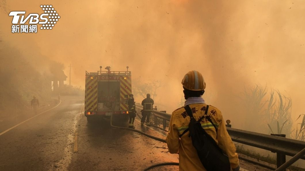 (圖/中央社) 阿里山森林大火 嘉義林管處課長遭落石擊中送醫