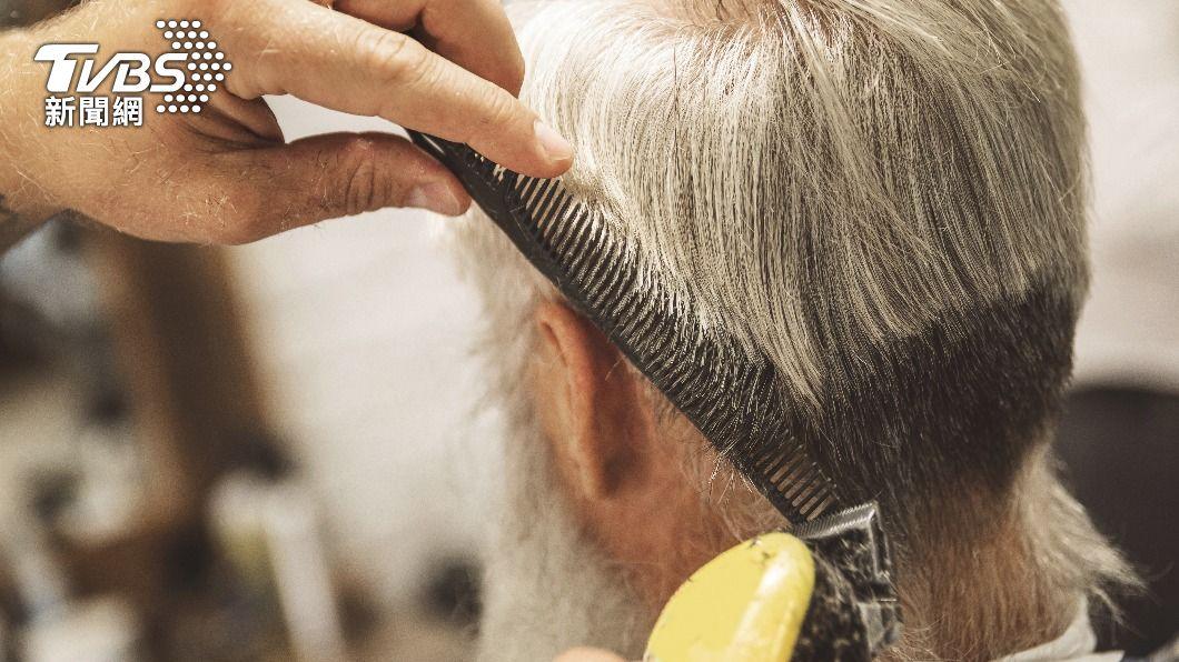 老翁在3年內理髮共花千萬,嚇壞家屬。(示意圖/shutterstock達志影像) 陸8旬翁3年內在理髮院狂刷千萬 家屬見明細嚇傻