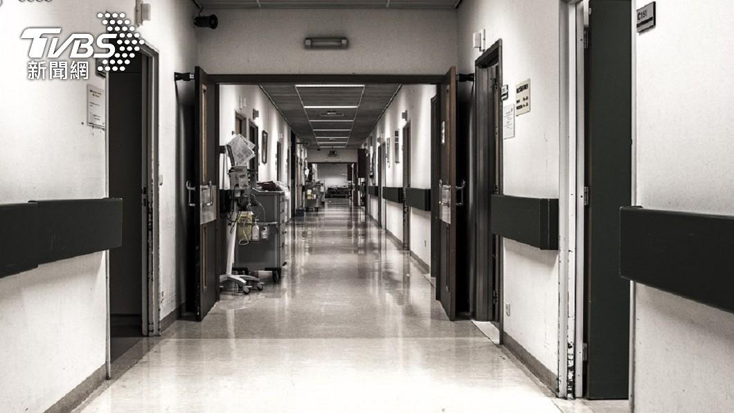 4名病患相繼過世。(示意圖/shutterstock達志影像) 4男開玩笑「求同天死」!醫曝超毛回憶:1小時內相繼亡