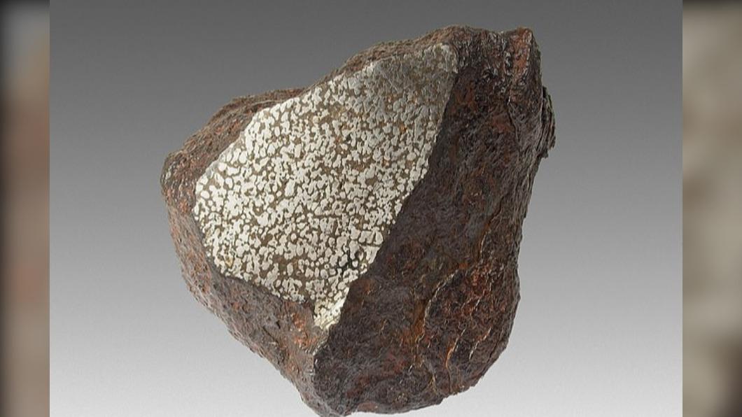 距今約46億年前的稀有隕石。(圖/翻攝自Google藝術與文化) 澳掏金客挖出25KG巨石 一驗驚呆!價值570萬一夜致富