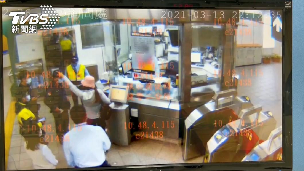 周女控訴遭站務員動粗,遭北捷反駁「作賊喊捉賊」。(圖/TVBS) 女公審「站務員扯髮打人」發動肉搜 警察、目擊者雙打臉