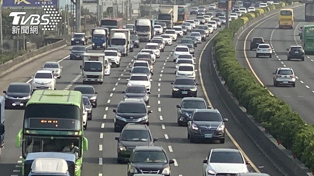 國道湧現南下車潮。(圖/TVBS) 提前掃墓塞翻 國道「多路段紫爆」車速僅10多公里