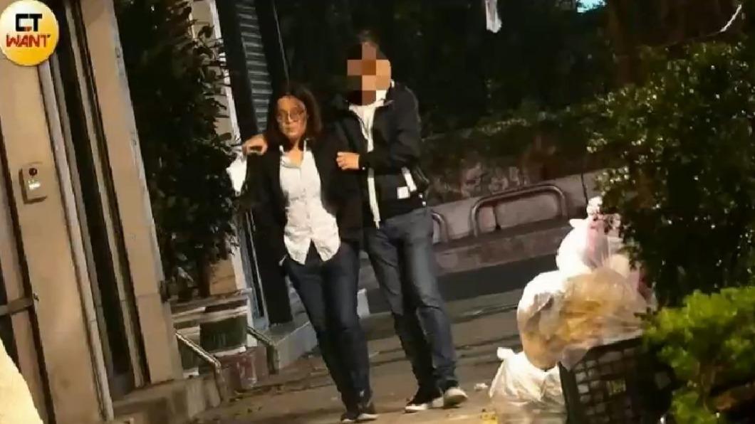 陳玉珍被直擊與男子深夜漫步街頭。(圖/翻攝自CTWANT) 陳玉珍身旁現護花使者 「批衣摟肩」羞喊:還不是男友