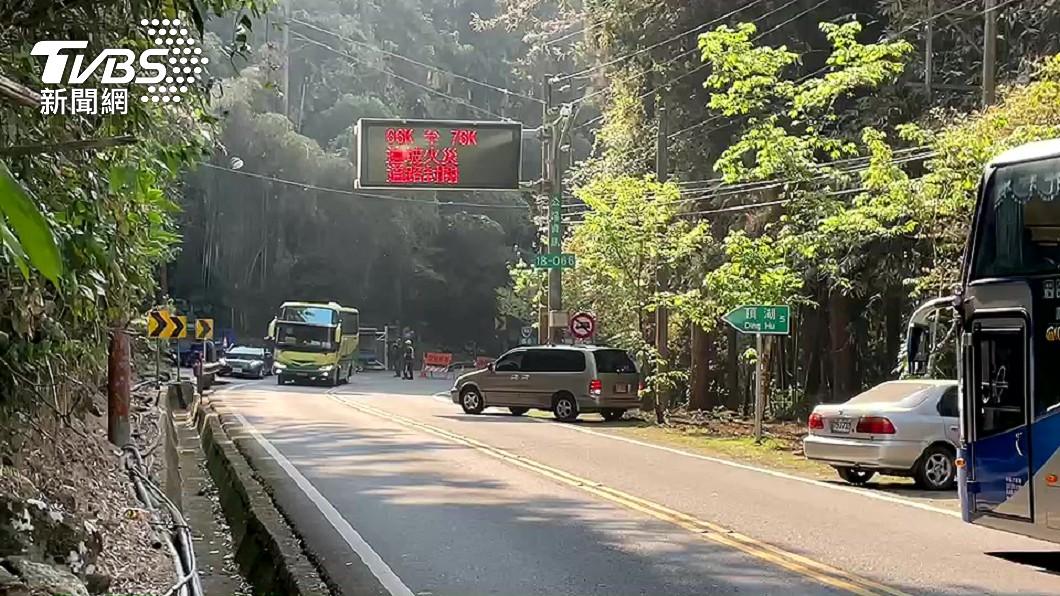 嘉義阿里山公路發生火警。(圖/TVBS) 阿里山公路還在燒!遊客賞不了櫻花 園區民宿退訂逾5成