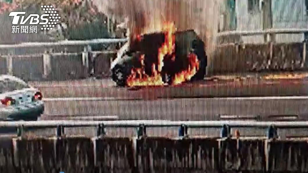 今日五楊高架道路段北上47K處傳出火燒車意外。(圖/TVBS) 五楊高架傳火燒車 黑煙狂竄「回堵500公尺」