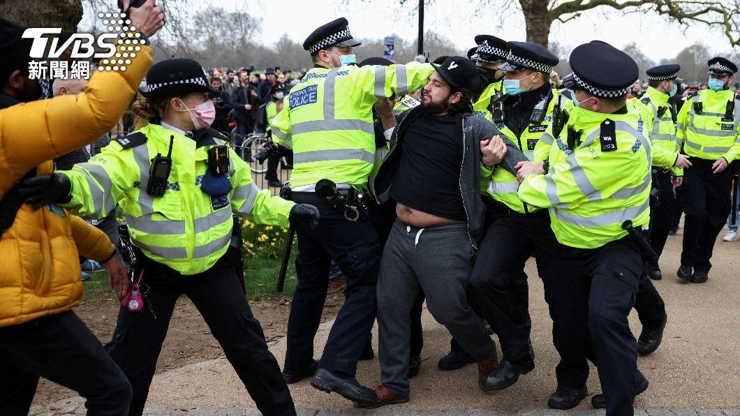 圖/達志影像路透社 倫敦數千人上街抗議防疫限制 英警逮捕33人