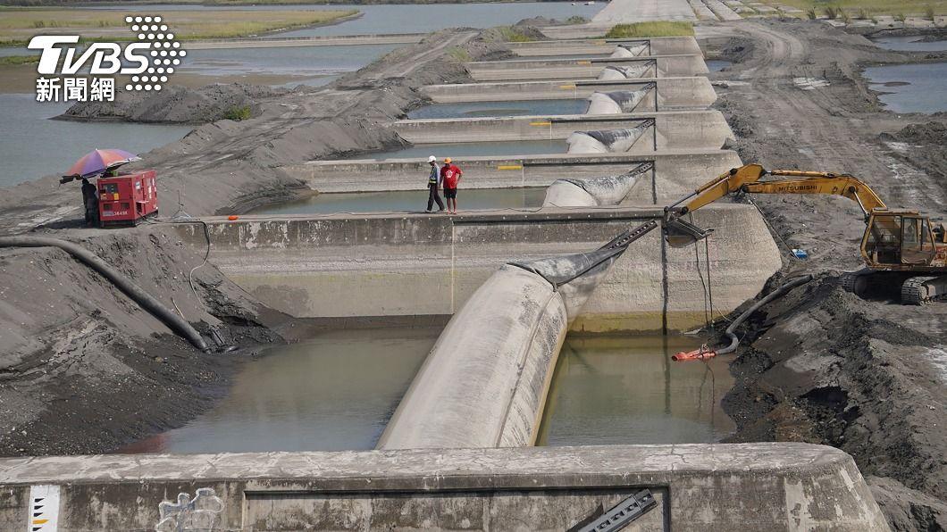 高屏溪川流量驟減。(圖/中央社) 取水量少50萬噸陷危機 高市22日研議啟用抗旱水井