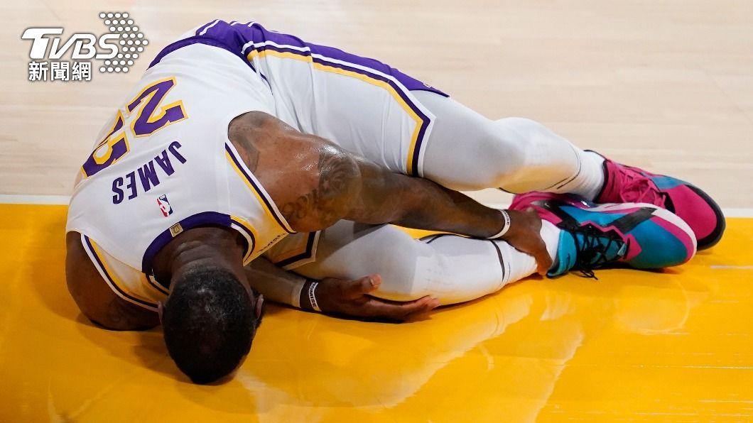 湖人球星詹姆斯在比賽時不慎右腳踝扭傷,不得不提前退場。(圖/達志影像美聯社) 無限期缺陣! LeBron James腳踝扭傷提前退場