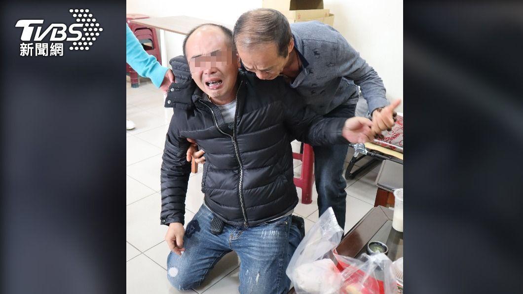 警稱「直行機車應讓左轉汽車」,李父淚崩跪求真相(圖/中央社) 警方口誤直行車禮讓轉彎車 家屬淚崩求真相