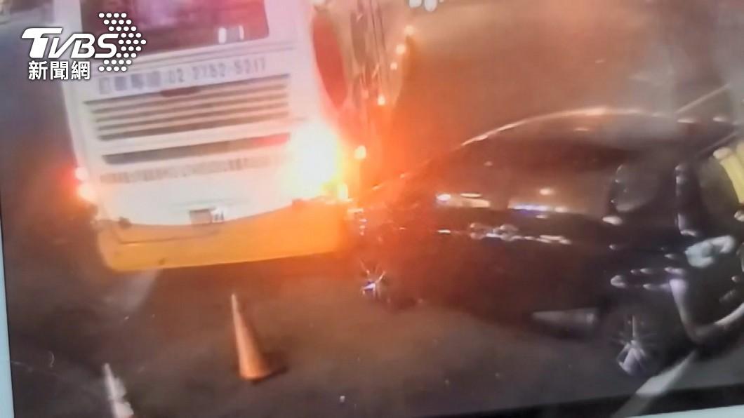 沒感覺?遊覽車迴轉擦撞 司機開走涉肇逃