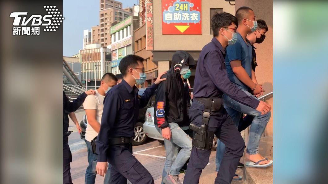 高雄警方逮捕12名砍傷網紅「超艾夾」的嫌犯。(圖/中央社) 砍傷網紅「超艾夾」犯嫌遭強押毆傷 高雄警逮12人