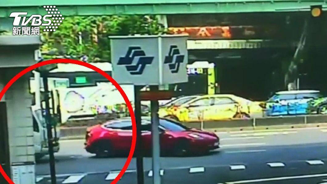 捷運站外!特斯拉遭小貨車撞 民眾驚報警