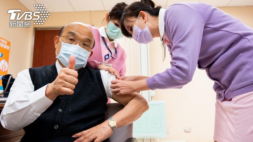 蘇貞昌昨帶頭施打疫苗。(圖/TVBS) 被疑打假針 蘇貞昌怒「若作假誰敢看病」:別什麼都唱衰