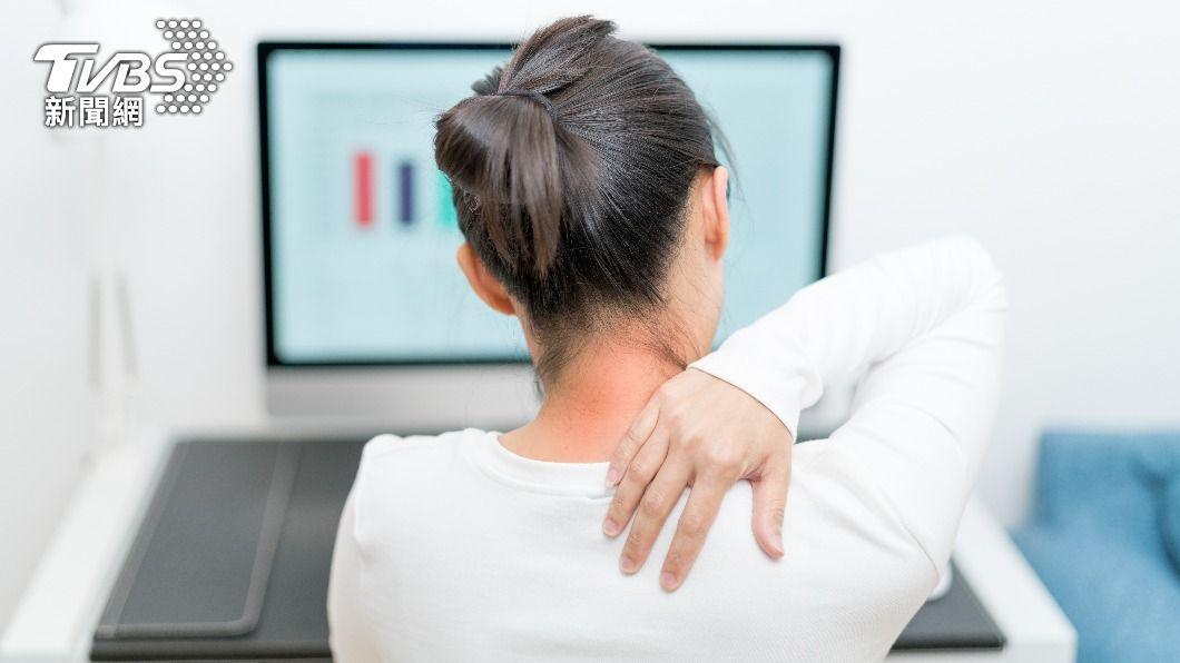 中年女性因肩頸疼痛就醫,竟被確診為肺癌合併骨轉移。(示意圖/shutterstock達志影像) 前主播蕭彤雯罹肺腺癌 醫籲年過40女性留意肩頸痛