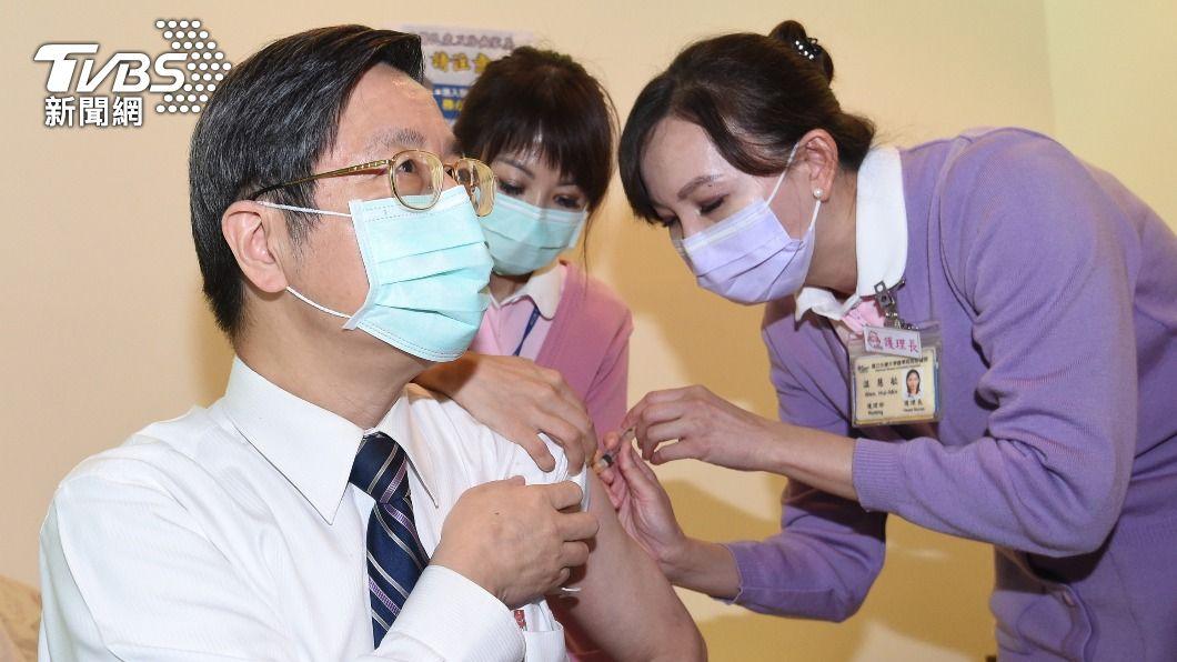 張上淳施打AZ疫苗。(圖/中央社) 58家醫院開打AZ疫苗 張上淳掛保證:經嚴謹評估