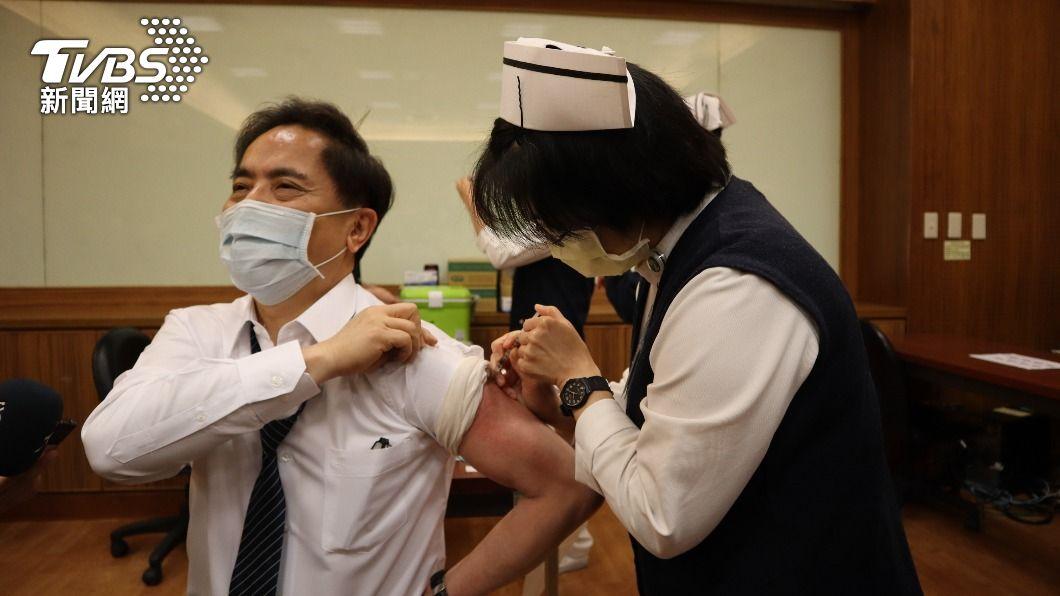 花蓮慈濟院長林欣榮帶頭接種AZ疫苗。(圖/中央社) 花蓮慈濟首波22人打AZ疫苗 院長林欣榮帶頭接種