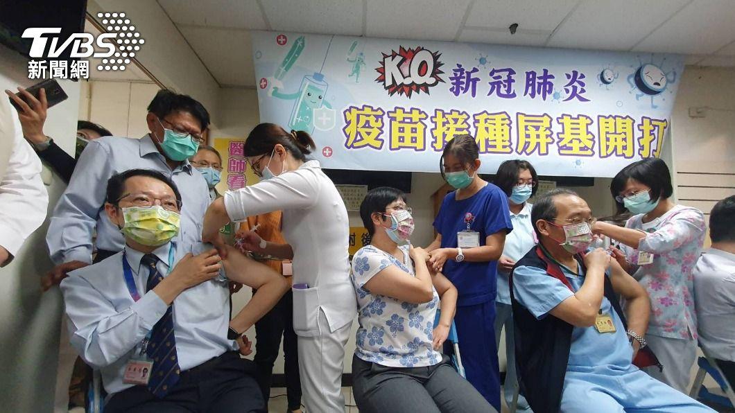 (圖/中央社) AZ疫苗正式開打 屏東首批2千名醫護登記接種