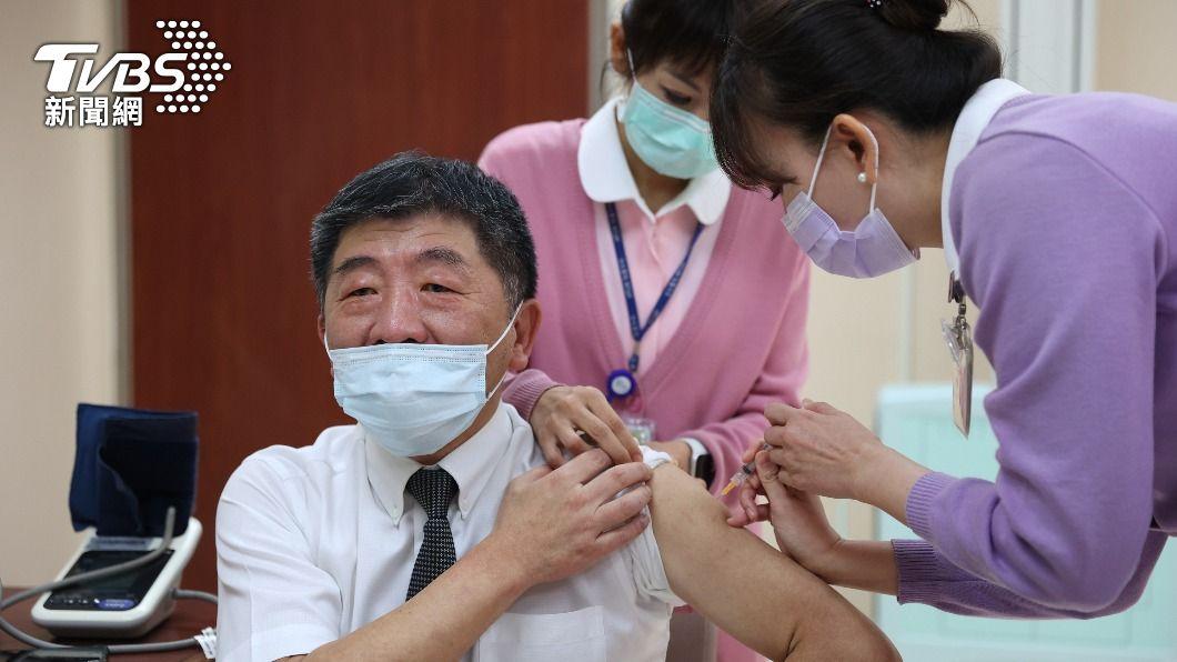 (圖/中央社) 35家醫院院長打AZ疫苗 陳時中接種後感覺背痠