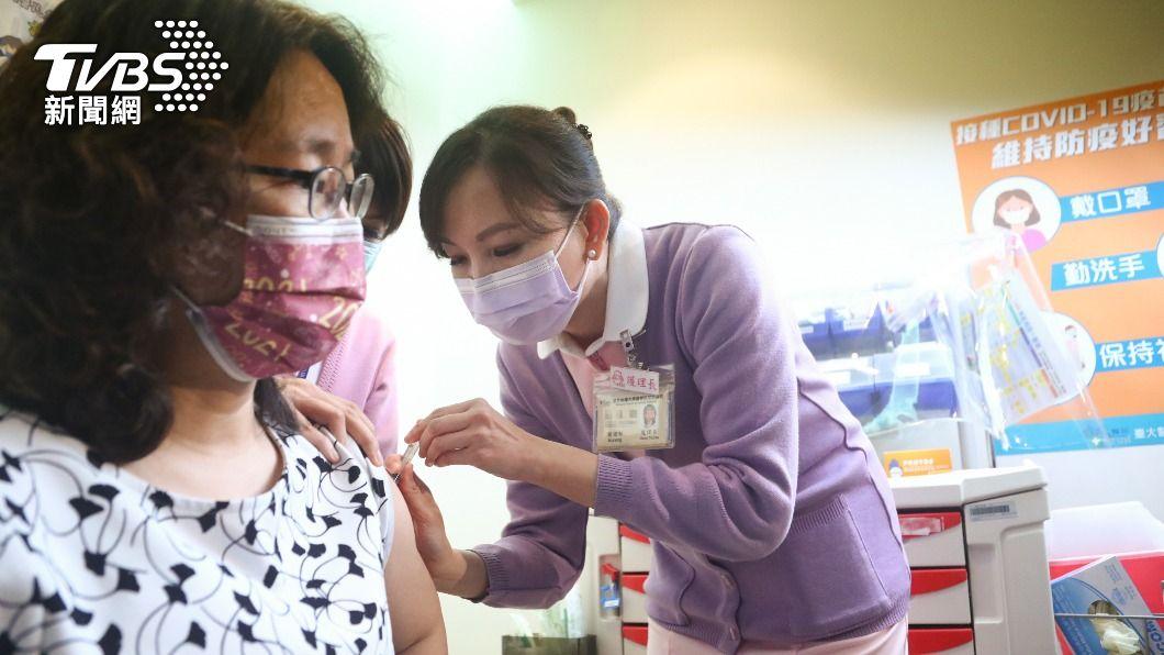 (圖/中央社) AZ疫苗接種注意事項 發燒逾48小時應盡速就醫