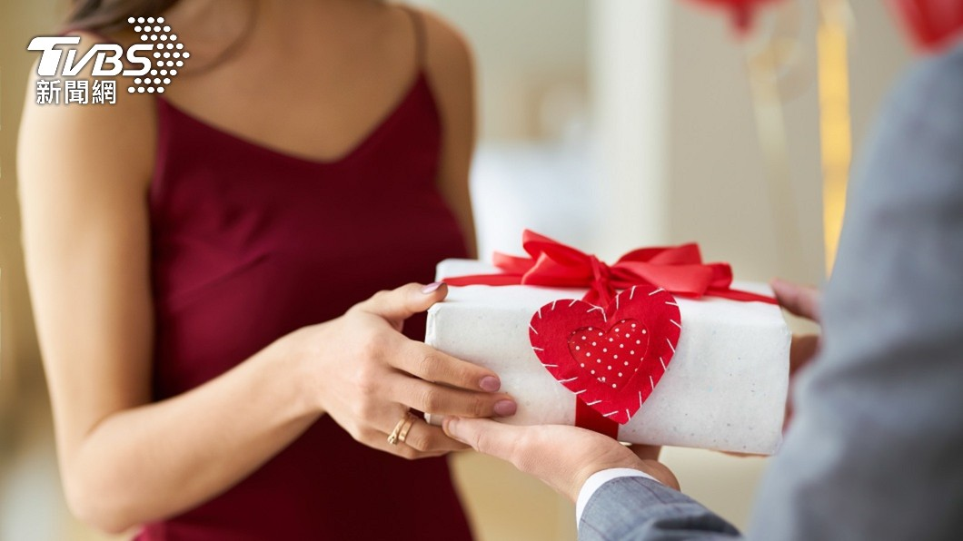 許多夫妻和情侶會在情人節當天贈送愛人禮物。(示意圖/shutterstock 達志影像) 貼心尪送衣幫「換風格」 妻試穿崩潰喊夭壽:乾脆給我錢