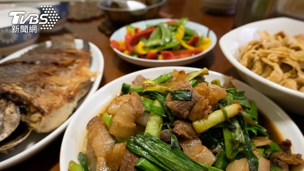 家常菜是許多離鄉背井的遊子最想念的味道。(示意圖/shutterstock 達志影像) 貼心父母幫留「四菜一湯」 孩看菜色大崩潰