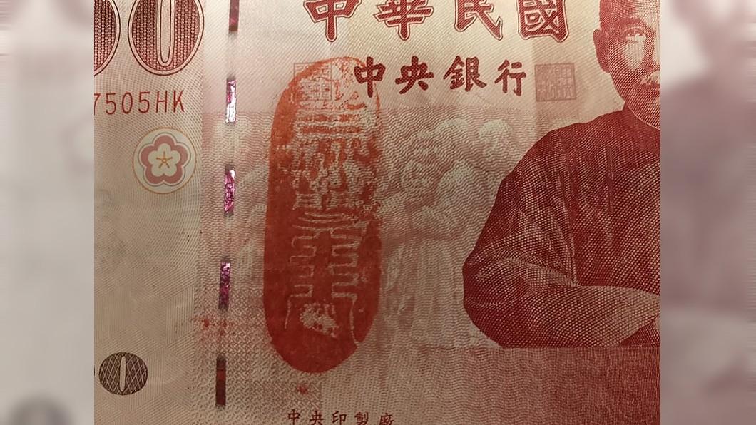網友收到顧客付的鈔票,上面印有血紅色的符咒圖案。(圖/翻攝自爆怨公社) 收百鈔驚見「血紅符咒」她急塞功德箱 內行曝招財效果