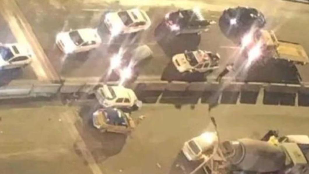哈爾濱發生一起驚悚死亡車禍。(圖/翻攝自《鳳凰報》) 陸準新娘遭水泥車衝撞 無減速「肉塊噴飛」釀2死2傷