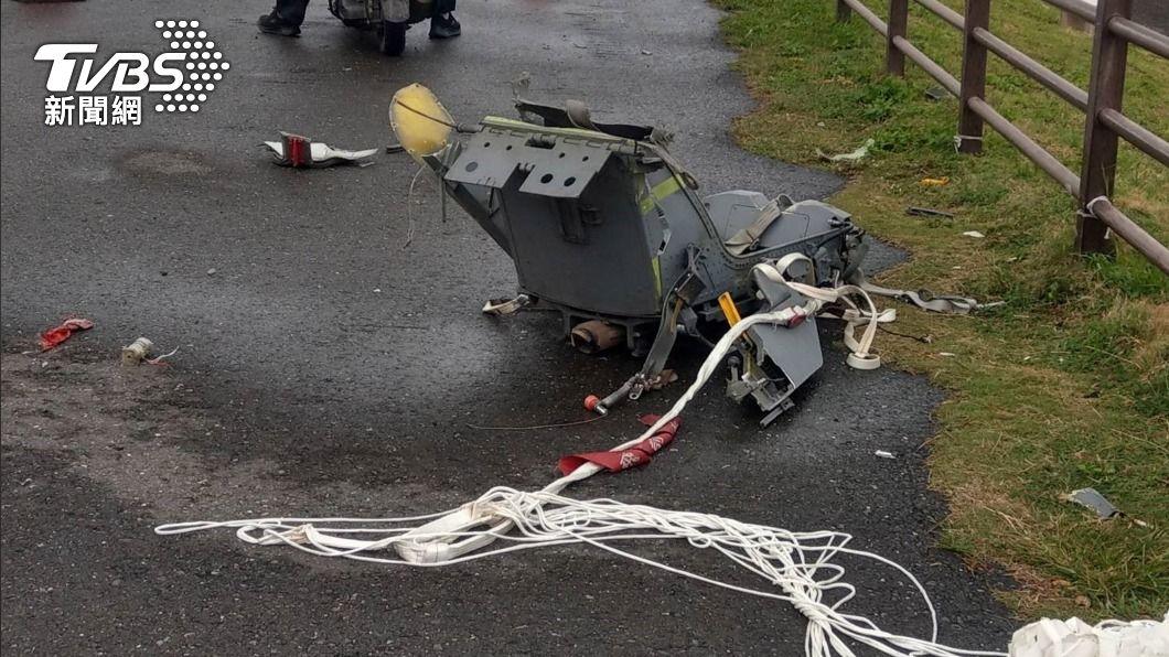 警方22日在台26線73公里處發現1具傘具連座椅。(圖/國搜中心提供) F-5E飛官殉職 蘇揆:若因彈射機械問題要立刻改進