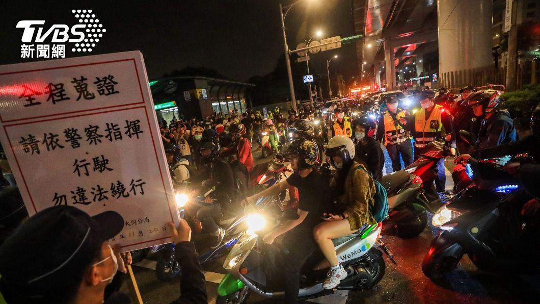 台灣機車路權促進會去年11月發起待轉大富翁活動。(圖/中央社) 「待轉大富翁」民團控濫權開罰 北市警:依法開罰