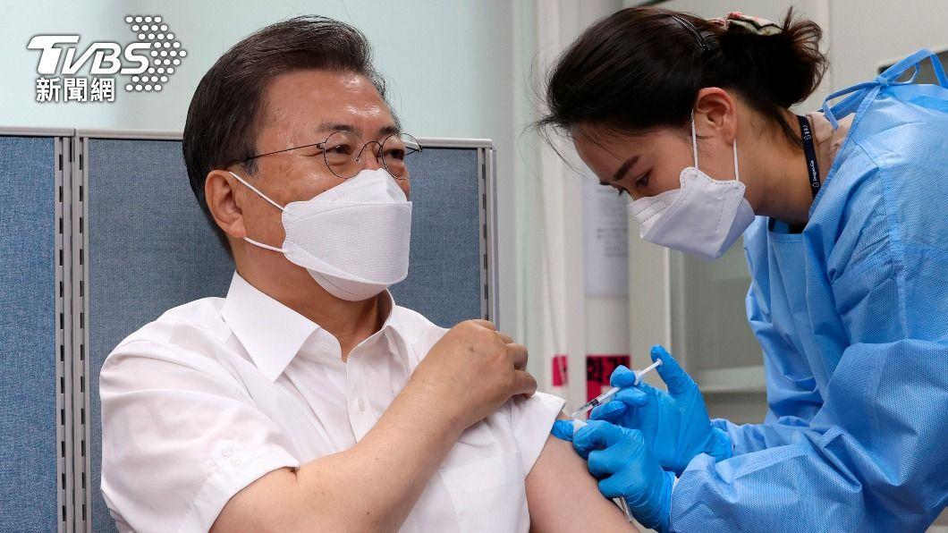韓國總統文在寅接種AZ疫苗。(圖/達志影像美聯社) 準備出席G7峰會 韓總統文在寅捲袖接種AZ疫苗