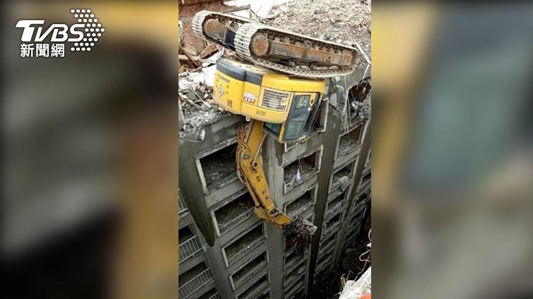一名工人進行飯店拆除作業時不慎從14樓墜落到地面。(圖/TVBS) 高雄五福四路飯店拆除作業 1工人14樓處墜落慘死