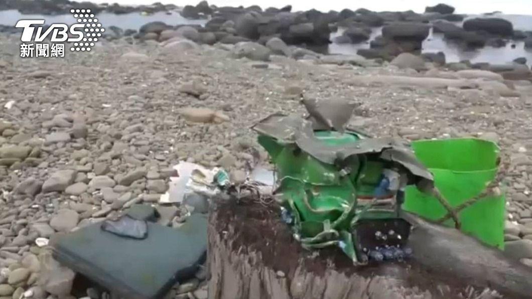 軍方陸續在南仁漁港岸際發現戰機碎片。(圖/中央社) F-5E飛官潘穎諄可能被吹向山區 軍方全力搜尋