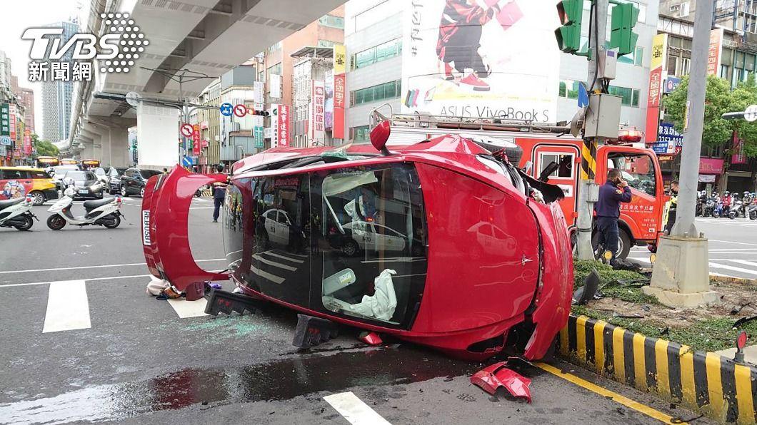 汽車疑似闖紅燈釀車禍。(圖/中央社) 特斯拉疑闖紅燈撞3機車後翻覆 5人急送醫