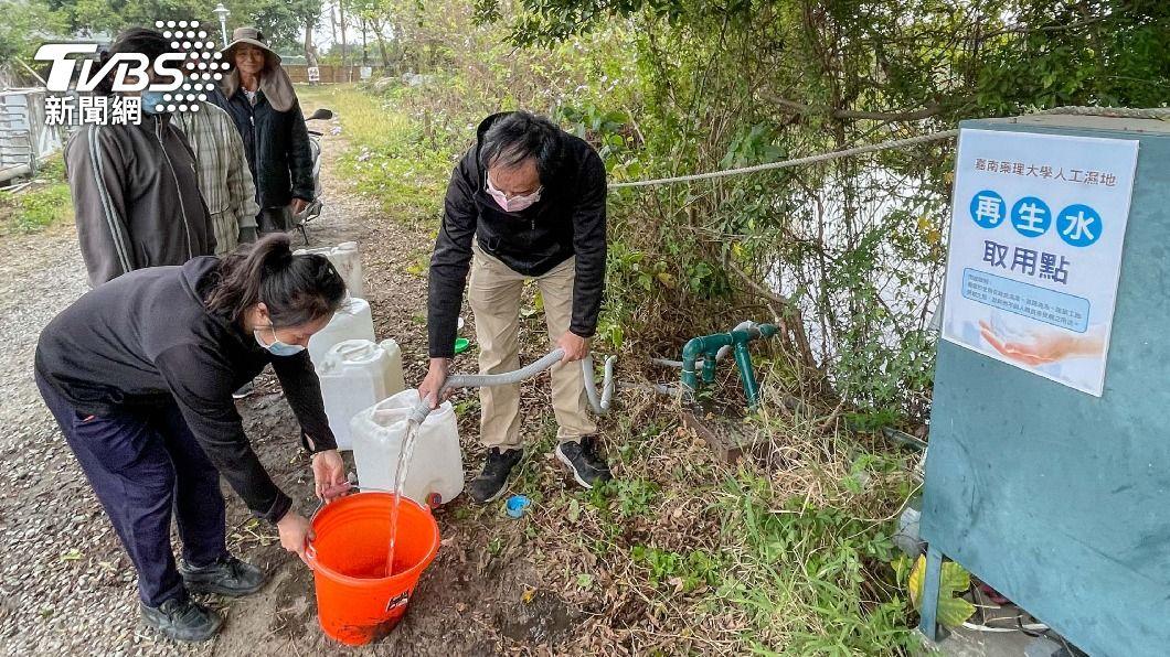 嘉南藥理大學提供鄰里再生水取用。(圖/中央社) 水情吃緊 嘉南藥理大學提供鄰里再生水取用