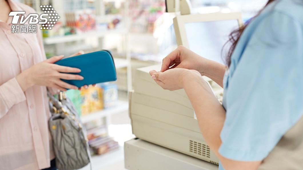 超商店員的工作相較其他服務業瑣碎繁重。(示意圖/shutterstock達志影像) 店員「痾痾痾」仿妥瑞症客 他怒:還逼老人結帳講國語