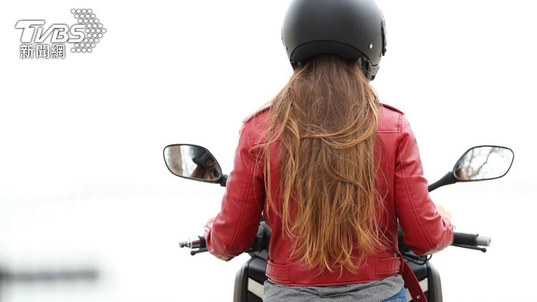 一名女騎士騎車上班時屢屢感到被人拍肩膀。(示意圖/shutterstock 達志影像) 人妻騎車屢被拍肩膀 以為遇「好兄弟」轉頭超崩潰