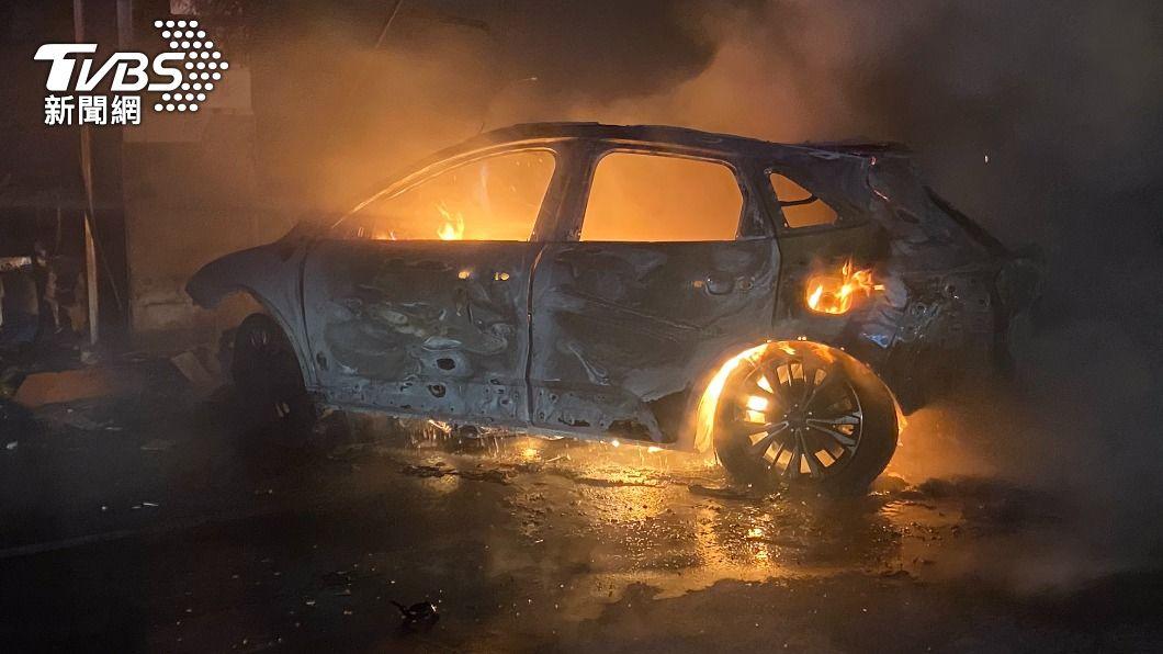 轎車下交流道直接衝撞加油站。(圖/TVBS) 駕駛下國道旗山末端「直撞加油站」 轎車爆炸慘成焦屍