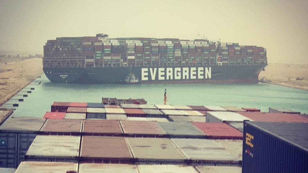 (圖/翻攝自Marcel Dirsus推特) 貨輪卡蘇伊士運河 長榮:疑遭強風吹襲偏離航道