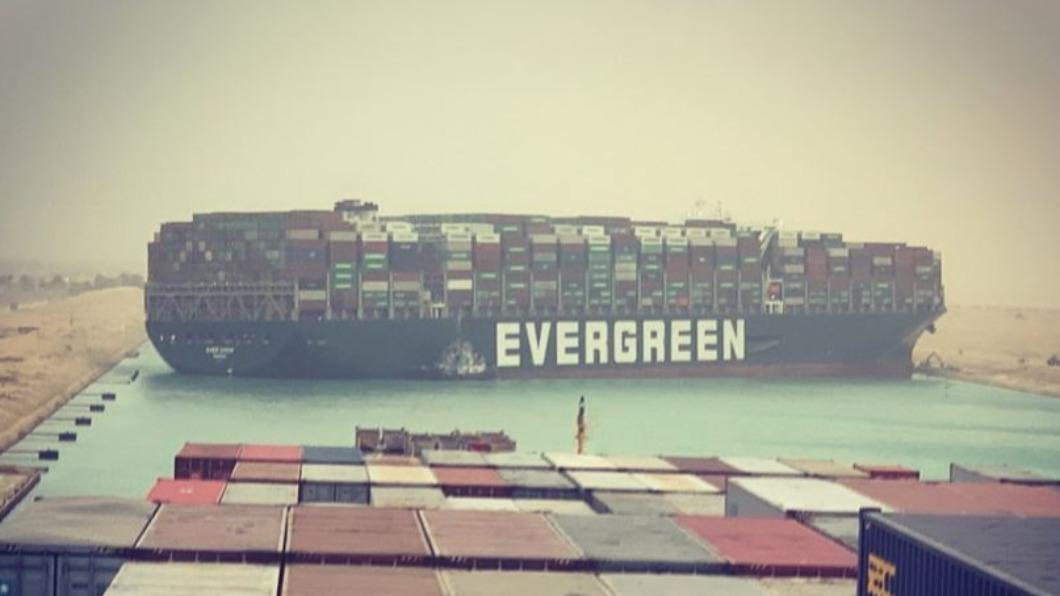 圖/翻攝自@marceldirsus推特 快訊/蘇伊士運河塞船! 長榮海運貨櫃輪「擱淺」回堵