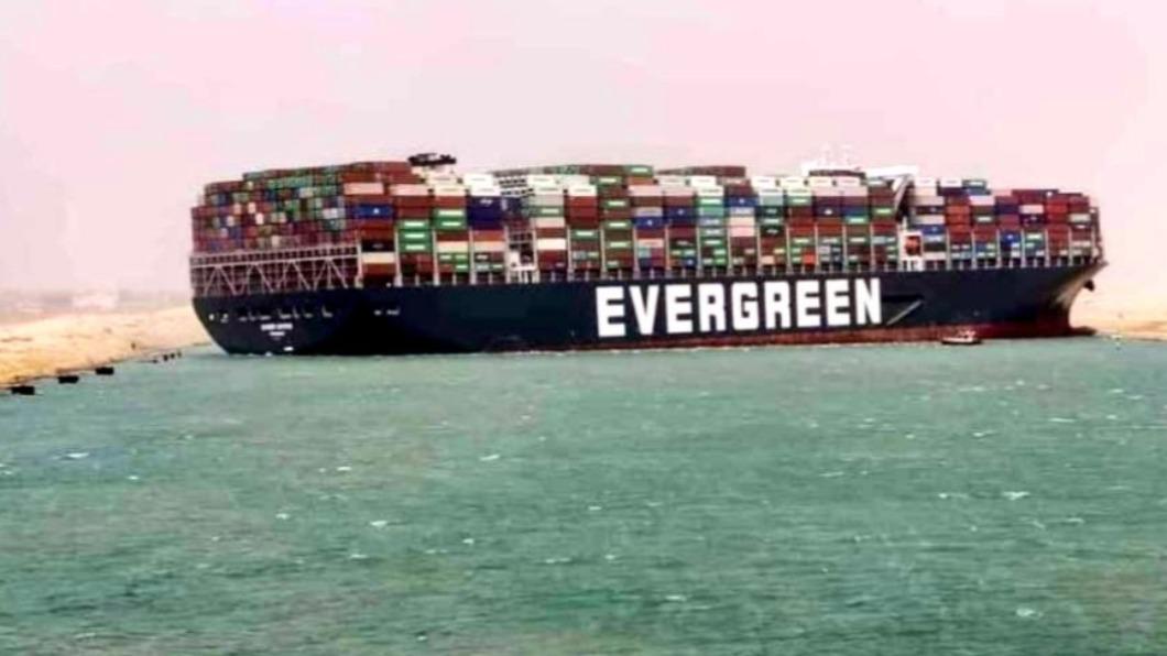 長榮貨櫃輪昨日在蘇伊士運河發生擱淺事故。(圖/翻攝自Sal Mercogliano推特) 長榮貨輪卡蘇伊士運河恐爆蝴蝶效應 全球油價受影響