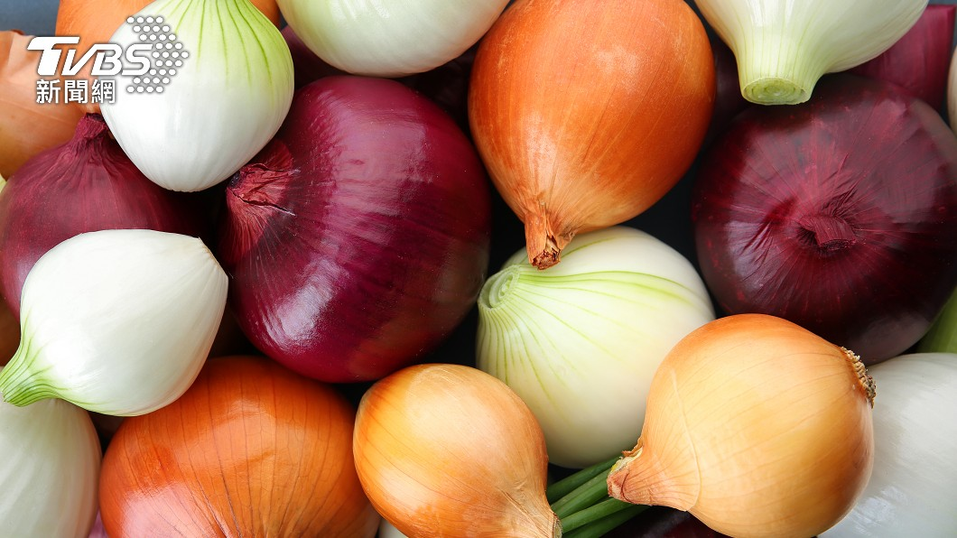 不同顏色的洋蔥,營養價、吃法也不同。(示意圖/shutterstock 達志影像) 哪種顏色洋蔥最營養? 專家給答案:挑選要先拿尖頭