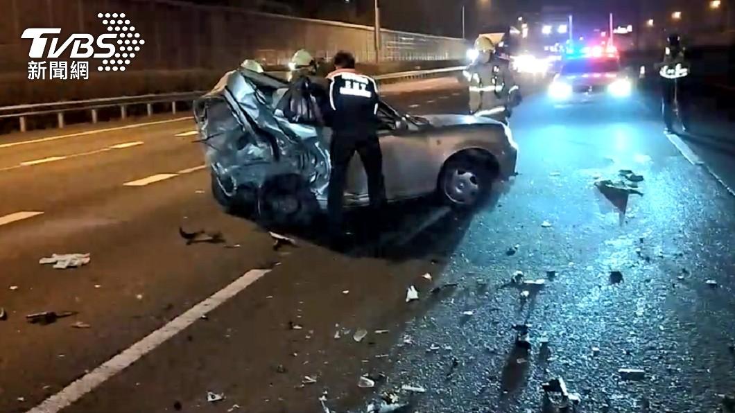 (圖/TVBS) 國1高雄段車禍被撞到車尾全凹 女駕駛送醫不治