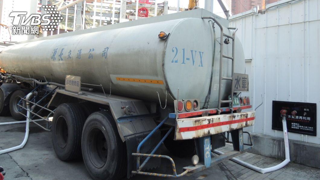 (圖/中央社) 中部建商提供地下水 台積電出動水車載運