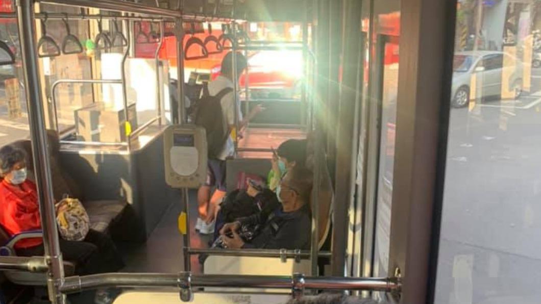 一名雄中學生協助老太太提行李。(圖/翻攝自爆廢公社二館) 台北男出差搭公車 見雄中生到站暖舉讚:最美風景